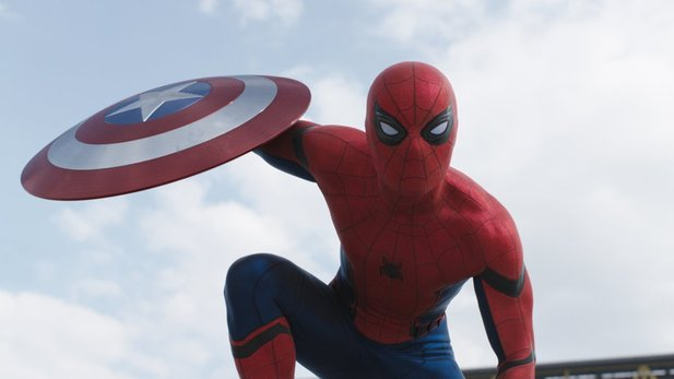 Neue Set-Bilder zum kommenden Marvel-Film Spider-Man zeigen Tom Holland in Aktion.