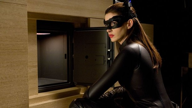 Mutig: Catwoman alias Selina Kyle (Anne Hathaway) knackt Bruce Waynes Safe.