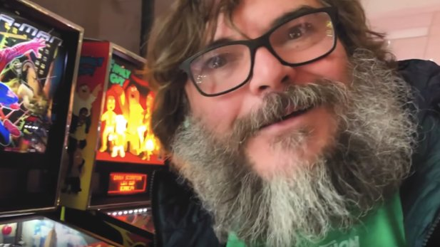 Jack Black in einer Pinball-Halle. (Bildquelle: YouTube | Jack Black)